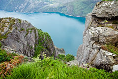 Die Ansicht von den Klippen auf dem Geirangerfjord in Norwegen Stockbilder