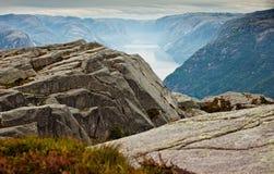 Die Ansicht von den Klippen auf dem Geirangerfjord in Norwegen Lizenzfreie Stockfotos