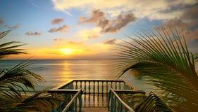 Die Ansicht von den Terrassen des schönen Sonnenuntergangs auf dem Strand. Stockfoto