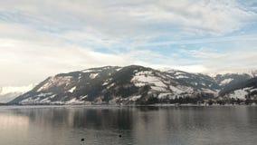 Die Ansicht von der österreichischen Stadt von Zell morgens sehen über See Zell stock video footage