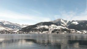 Die Ansicht von der österreichischen Stadt von Zell morgens sehen über See Zell stock footage