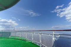 Die Ansicht von der Achternplattform des Schiffs auf einem schönen blauen Himmel mit Wolken und dem breiten Fluss, Volga, Russlan Lizenzfreie Stockfotos