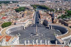 Die Ansicht von der des St Peter Basilika über dem des St Peter Quadrat und von der Stadt von Rom lizenzfreie stockfotografie