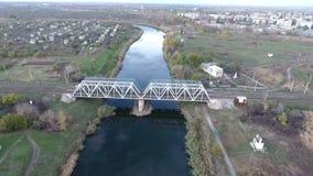 Die Ansicht von der Höhe auf der Eisenbahnbrücke und dem Fluss stock video