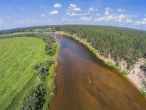 Die Ansicht von der Höhe des Flusses Mologa und der Waldvogelperspektive Stockbilder