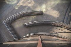 Die Ansicht von der Spitze des Gebäudes auf Zaun Stockfotografie