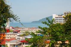 Die Ansicht von der Spitze der Wolkenkratzer Kota Kinabalu, Sabah, Malaysia lizenzfreie stockfotos