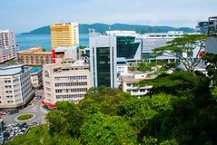 Die Ansicht von der Spitze der Wolkenkratzer Kota Kinabalu, Sabah, Malaysia stockfotos