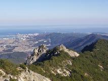 Die Ansicht von der Spitze zu den schönen Bergen Lizenzfreies Stockfoto