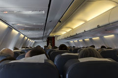 Die Ansicht von einer Rückseite in einem Flugzeug Lizenzfreie Stockbilder
