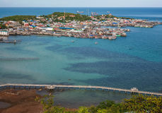 Die Ansicht von Fischerdörfern im blauen Meer der Natur am Sonnenscheintag Stockbild