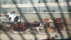 Die Ansicht von hinter Gittern auseinandergebaut der Maschine und dem Fabrikgebäude stock video