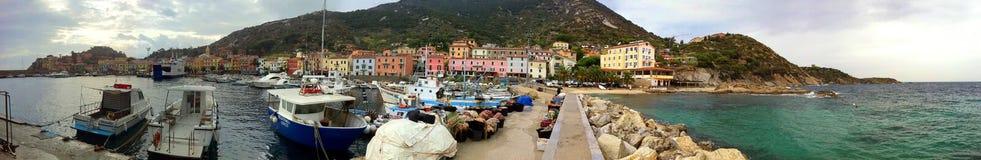 Die Ansicht von Isola Del Giglio vom Ende des Wellenbrechers stockfotos