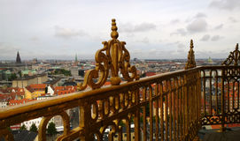 Die Ansicht von Kopenhagen von der Höhe des Ausblickes auf dem Turm des Retters Im Rahmen sichtbar zum goldenen Zaun Lizenzfreie Stockfotografie