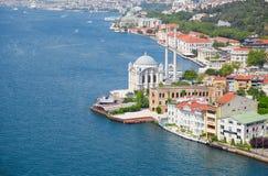 Die Ansicht von Ortakoy-Moschee von der Bosphorus-Brücke, Istanbul Lizenzfreie Stockfotografie