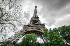 Die Ansicht von unten des Eiffelturms über dunklen Wolken Lizenzfreies Stockfoto