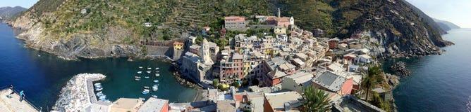 Die Ansicht von Vernazza von der Spitze des Castello Doria Tower lizenzfreies stockbild