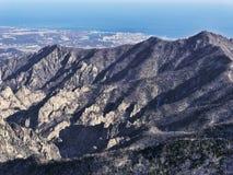 Die Ansicht zu den schönen Bergen Stockbild