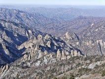 Die Ansicht zu den schönen Bergen Stockbilder