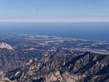 Die Ansicht zu den schönen Bergen Stockfoto