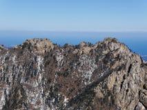Die Ansicht zu den schönen Bergen Stockfotos