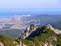 Die Ansicht zu den schönen Bergen und zu Sokcho-Stadt auf dem Hintergrund Lizenzfreie Stockbilder