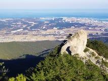 Die Ansicht zu von den schönen Bergen und von Sokcho-Stadt auf dem Hintergrund Lizenzfreies Stockbild