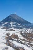 Die Ansichten des Arbeits-Karymsky-Vulkans können herein 2016 mit einem Hel Stockfotos