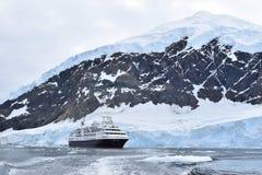 Die Antarktis eine erstaunliche Landschaft mit einem Expeditionskreuzschiff stockfotos