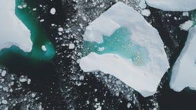 Die Antarktis-Eisbergtürkis-See-Spitzenvogelperspektive stock video footage