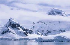 Die Antarktis-Schnee bedeckte Berge und Eisberge Stockfotos