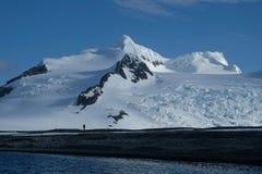 Die Antarktis, die unter ursprünglichen Bergen, Schnee und Gletschern wandert lizenzfreies stockfoto