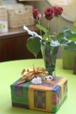 Die anwesende Sitzung, Blumenstrauß von drei Rosen mit Geschenk-Kasten Lizenzfreie Stockbilder