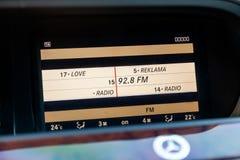 Die Anzeige des Multimediasystems auf der Platte des Hauptbedienungsplatzes innerhalb des Autos wird und eingeschaltet stockfotografie