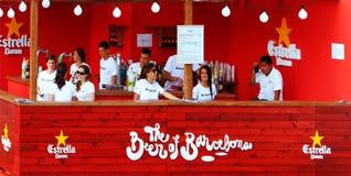 Die Anzeigen von Estrella Damm-Bier Stockbild