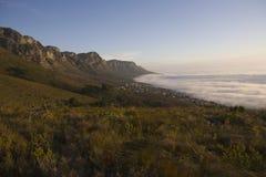Die 12 Apostel des Tafelbergs ragen über Lager bellen und Bakoven hoch Lizenzfreie Stockfotos