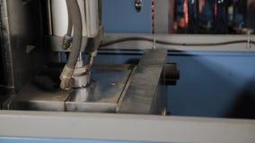 Die Arbeit der Maschine für den Schlag von Plastikflaschen für Trinkwasser stock video footage