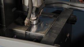 Die Arbeit der Maschine für den Schlag von Plastikflaschen für Trinkwasser stock footage
