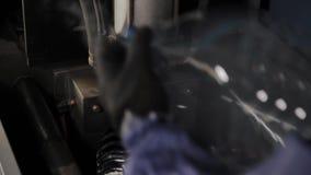 Die Arbeit der Maschine für den Schlag von Plastikflaschen für Trinkwasser stock video