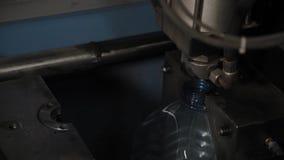 Die Arbeit der Maschine f?r den Schlag von Plastikflaschen f?r Trinkwasser stock video footage