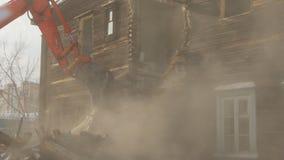 Die Arbeit der speziellen Ausrüstung für die Demolierung von Altbauten stock video footage