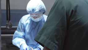 Die Arbeit des Chirurgen im Operationsraum stock footage