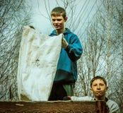 Die Arbeit von Schülern auf dem Schulgelände in der Kaluga-Region in Russland Stockbilder
