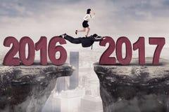 Die Arbeitnehmerin, die auf Abstand läuft, führt zu 2017 Stockfotografie