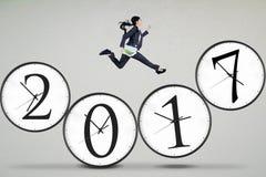 Die Arbeitnehmerin springend auf Nr. 2017 Lizenzfreie Stockbilder