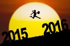 Die Arbeitnehmerin springend in Richtung zu 2016 Zahlen Lizenzfreie Stockfotos