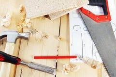 Die Arbeitsgeräte des Tischlers auf dem Werktisch Lizenzfreie Stockbilder