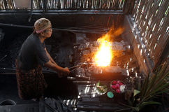 Die Arbeitskräfte sollten der Eisenschmiede gemacht werden ein Dolch Lizenzfreie Stockfotografie