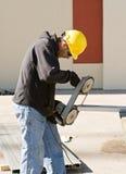 Die Arbeitskraft, die Porta-Band verwendet, sah Lizenzfreie Stockfotografie