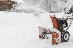 Die Arbeitskraft entfernt den Schnee mit einem Pflug Landschaft im Winter, Ru Lizenzfreie Stockfotografie